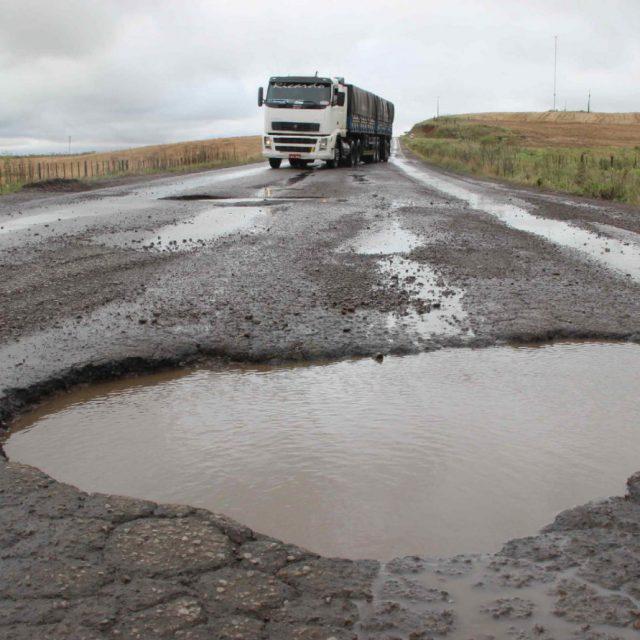 Buracos, ondulações, fissuras, trincas nas estradas diminuem o tempo de sobrevida dos veículos de carga