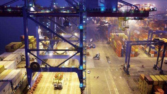 Santos Brasil recebe portêineres de última geração para operar navios de 366 metros